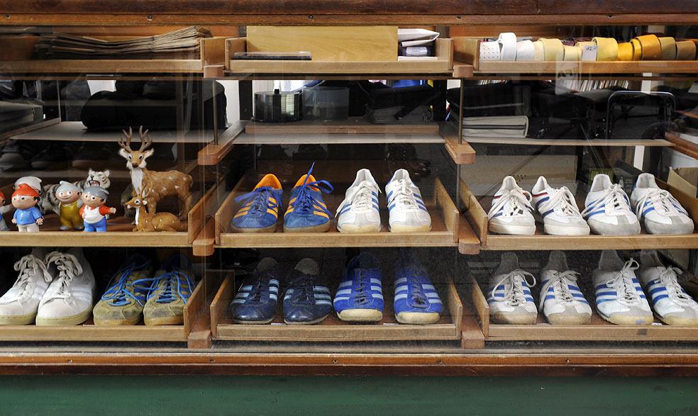 Adidas Sneaker in einer Vitrine angeordnet